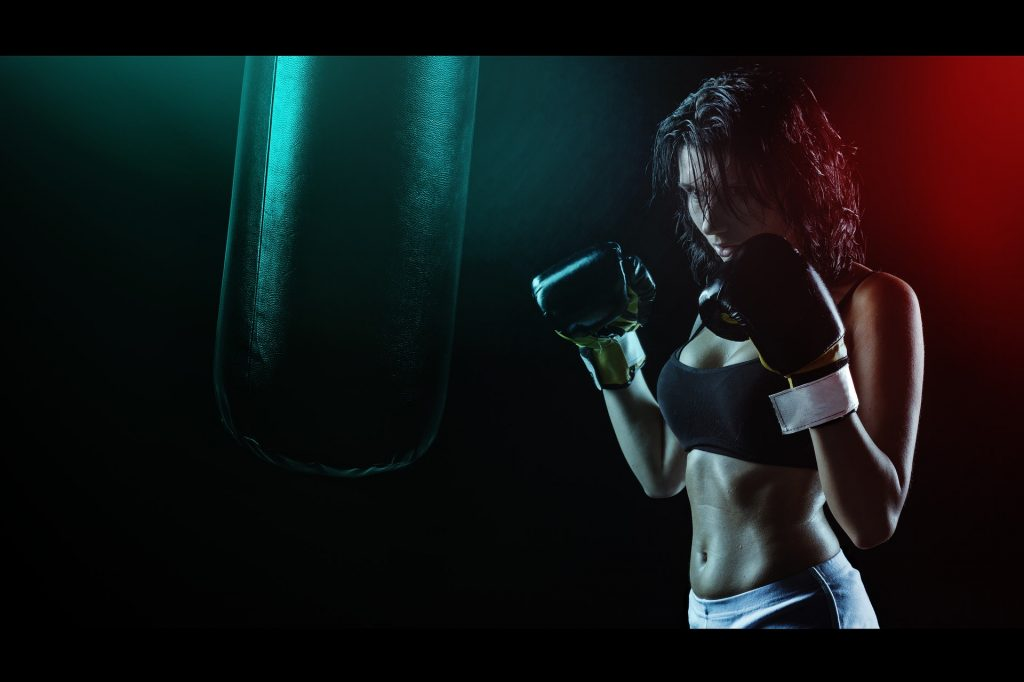 a women taking advantage of the benefits of boxing for weight